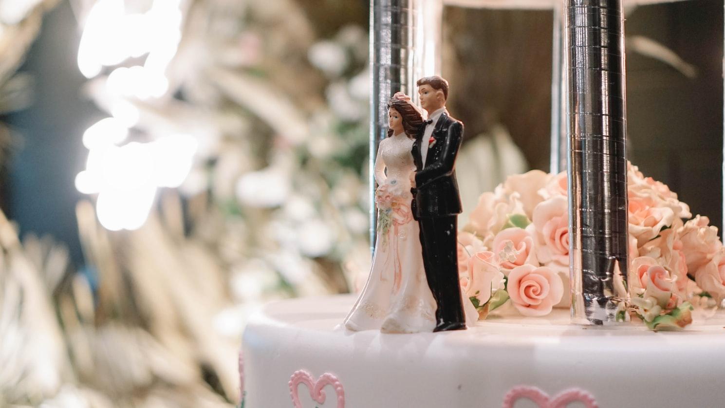 Торт со свадебными фигурками