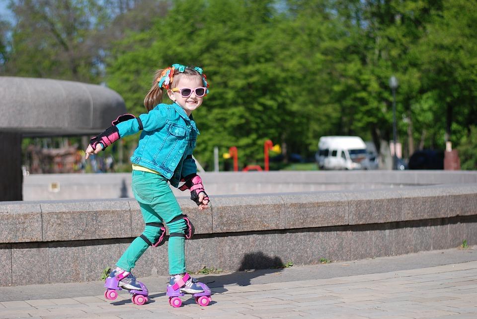 ребенок на роликовых коньках